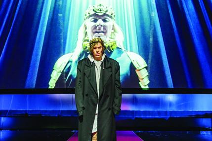 Kuvassa Jussi Nikkilä Turun kaupunginteatterin esityksessä Hamlet, taustalla Eero Aho. Kuvaaja Otto-Ville Väätäinen.