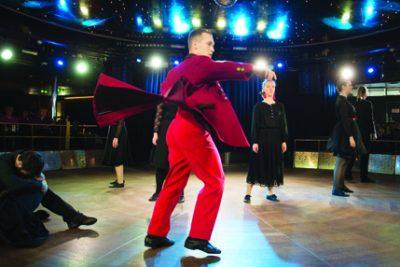 Kuva OAMK Dancen esityksestä Se ken tulee viimeiseksi, kuvaaja Petri Kivinen.