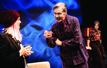 Kuva Svenska Teaternin Pappan-esityksestä, kuvassa Sophia Heikkilä, Asko Sarkola ja Cecilia Paul. Kuvaaja Cata Portin.