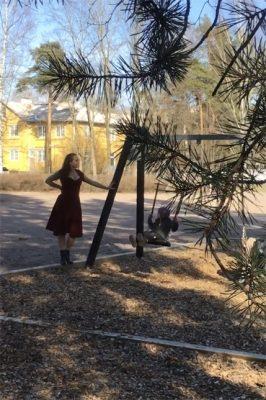 Elisa Salo Elisa af Hällströmin Tavataan taas -videossa, jonka ohjasi Piia Peltola.