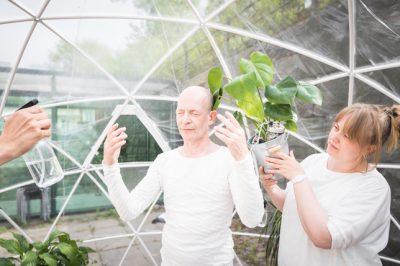 Kaksi ihmistä kasvihuoneessa.