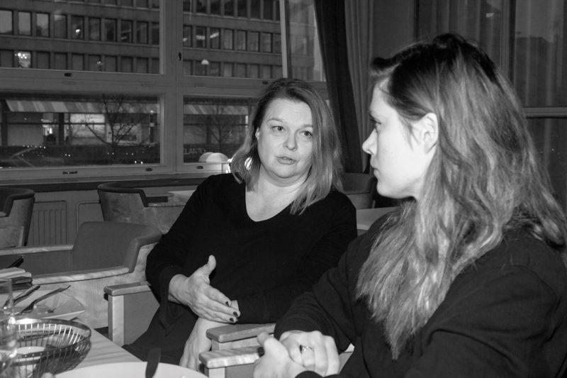 Kaksi naista keskustelee