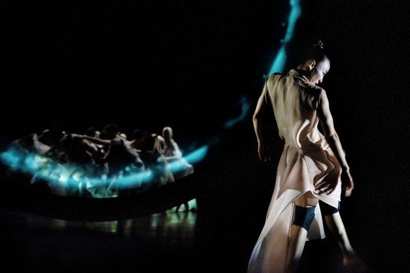 nainen tanssii etualalla